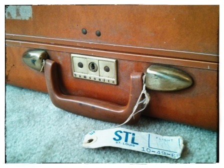 ISN'T THIS VINTAGE SUITCASE PRETTY?