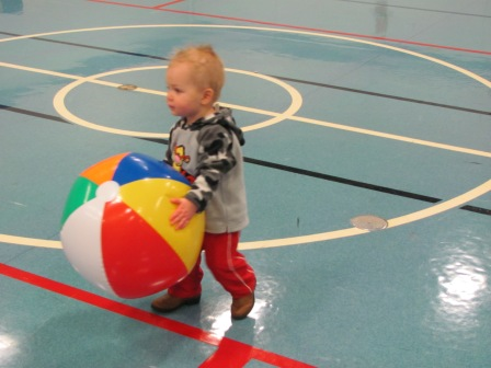 TATE LOOKING EVER SO ADORABLE WITH A BEACH BALL.
